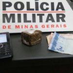 PM de Carangola prende autores por tráfico de drogas.