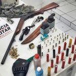 Divino: PM cumpre mandado na zona rural e apreende 3 armas; 2 pessoas foram presas.