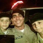 Policia Militar de Divino realiza sonho dos irmãos gêmeos Artur e Vitor.