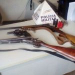 PM de Fervedouro prende autor por porte ilegal de arma e ainda localiza outras armas em sua residência.