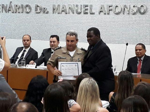 O Comandante da 75ª Cia PMOMANDANTE DA 75ª CIA PM, Florindo, recebe moção de aplausos da Câmara Municipal de Carangola.