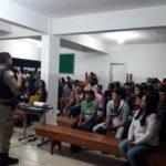 """Comandante do Pelotão de PM de Divino ministra palestra para alunos em Orizânia no projeto """"Minas em Evidência""""."""