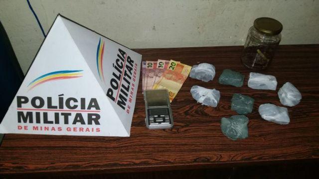 PM apreende/prende casal que traficava drogas em Carangola.