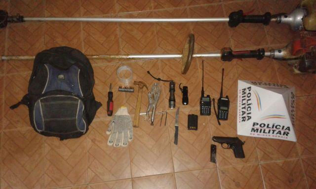 PM prende dois autores de furto e apreende pistola de origem estrangeira que um dos autores possuía em sua residência.