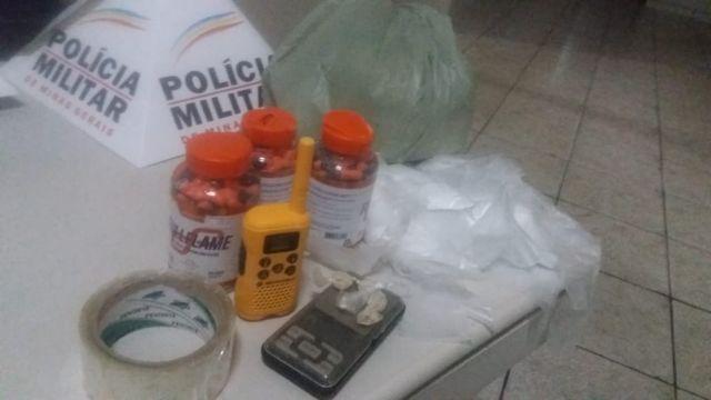 Pm de Carangola apreende drogas na  casa de suspeito de tráfico.