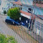 Itaperuna: garota de 13 anos pega carro dos pais e atropela e lança ciclista contra fachada de residência.