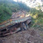 Caminhoneiro morre em acidente na serra de Carangola.