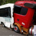 Miradouro: carreta atinge microônibus parado na BR 116 e motorista morre no local