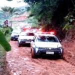 Criminosos roubam, incendeia carro e fogem de perseguição policial.