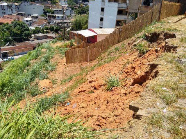 Deslizamento de terra e corrimãos quebrados pedem ajuda.