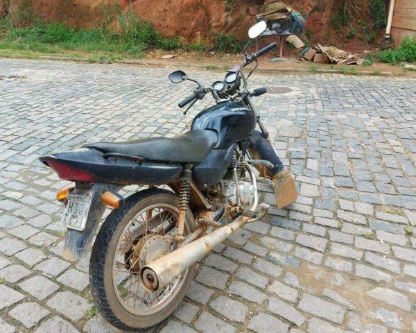 Moto furtada em Manhuaçu é recuperada pela PM em Carangola.